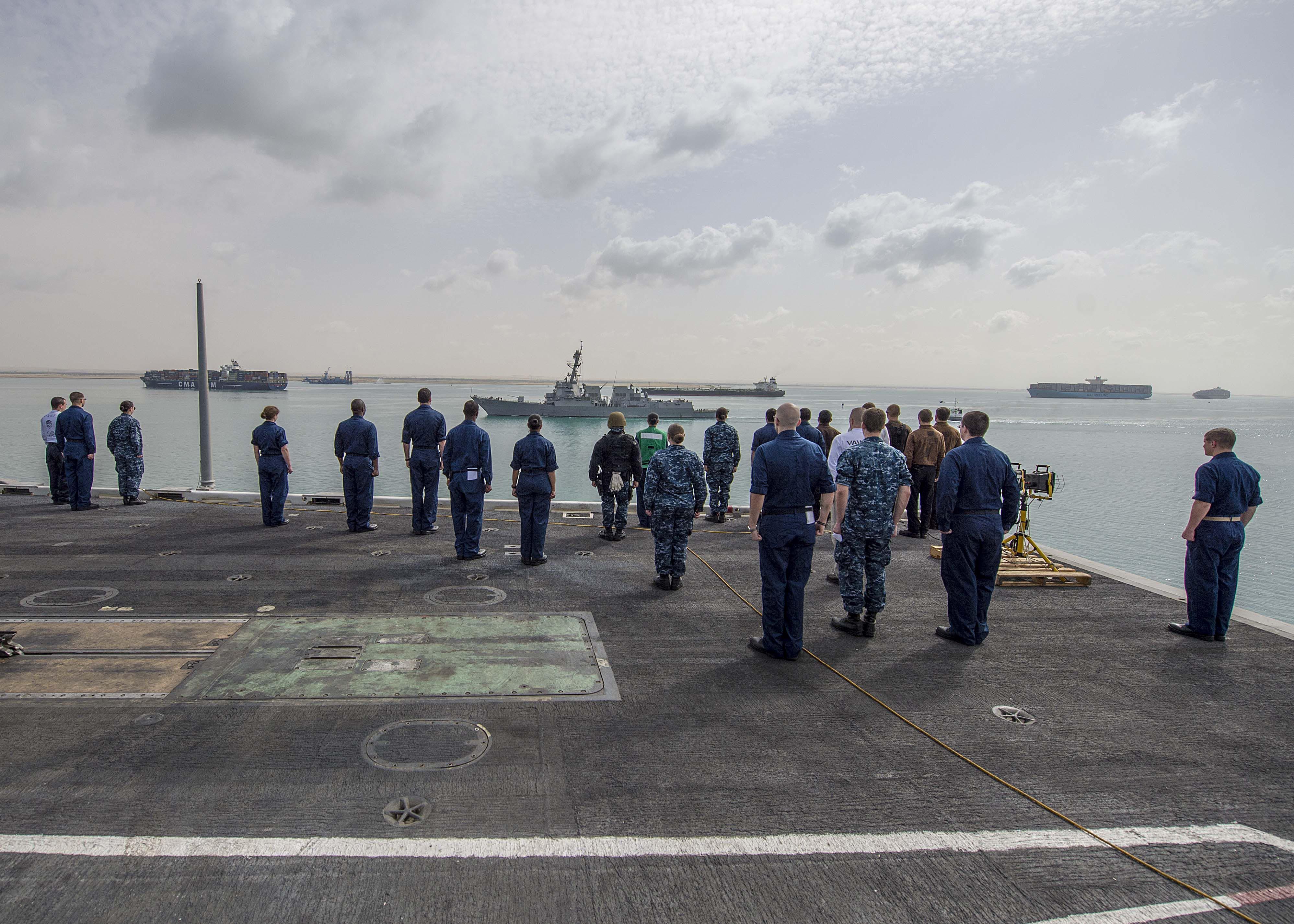 USS JASON DUNHAM DDG-109 passiert am 16.03.2013 die USS DWIGHT D. EISENHOWER CVN-69 im Suez-KanalBild: U.S. Navy