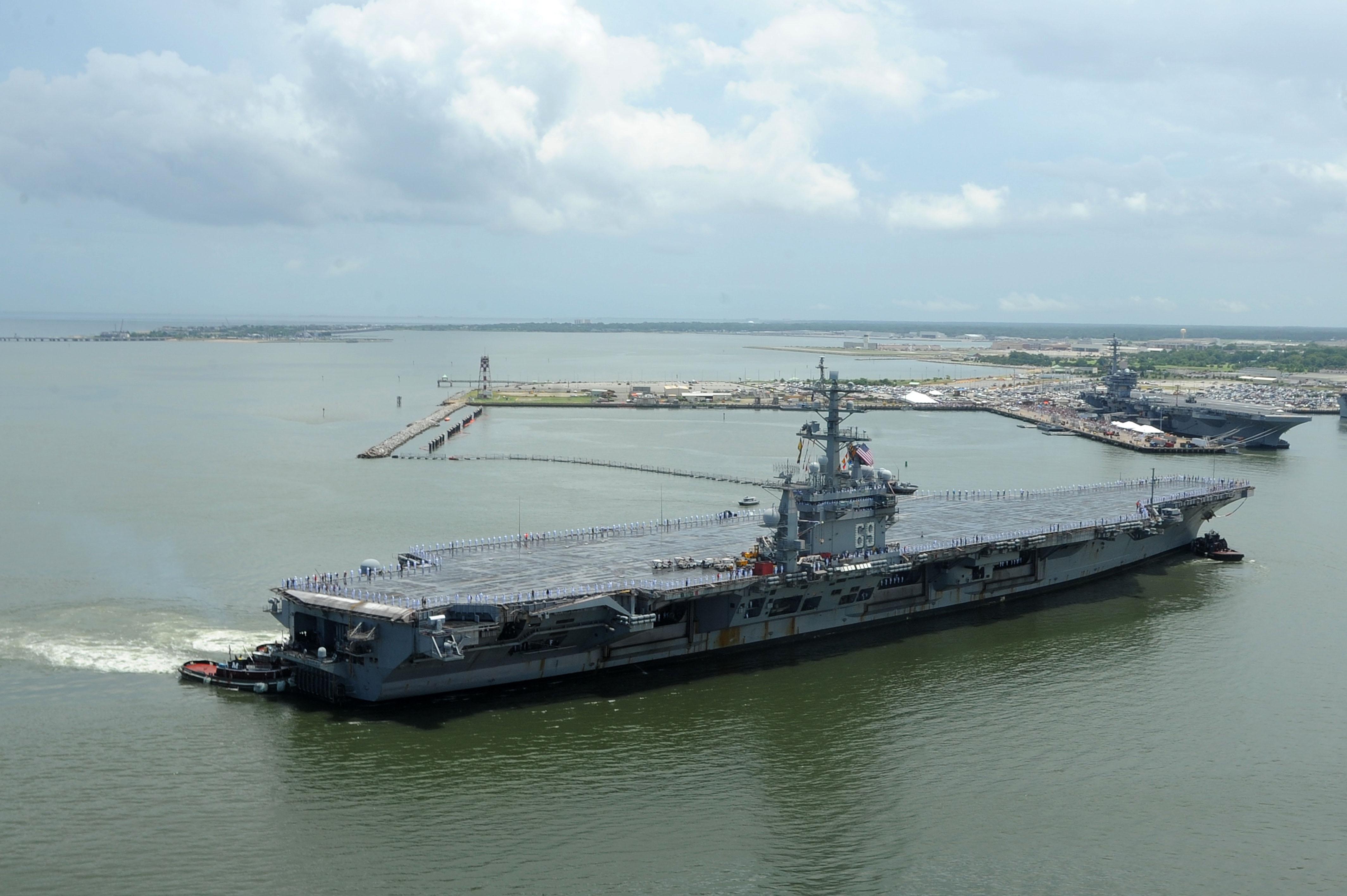 USS DWIGHT D. EISENHOWER CVN-69 Einlaufen Norfolk am 03.07.2013Bild: U.S. Navy