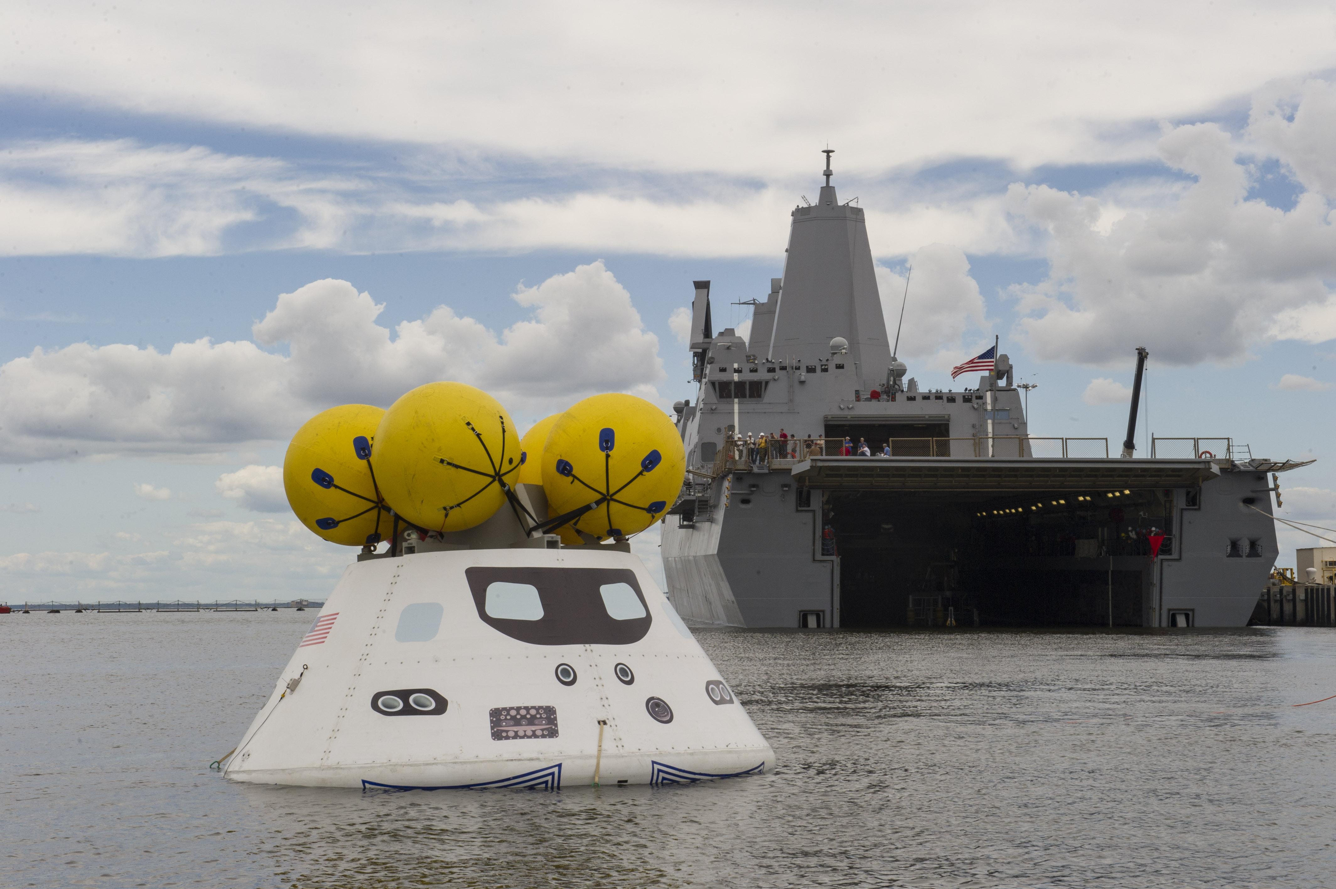 USS ARLINGTON LPD-24 und Raumkapsel Orion am 15.08.2013