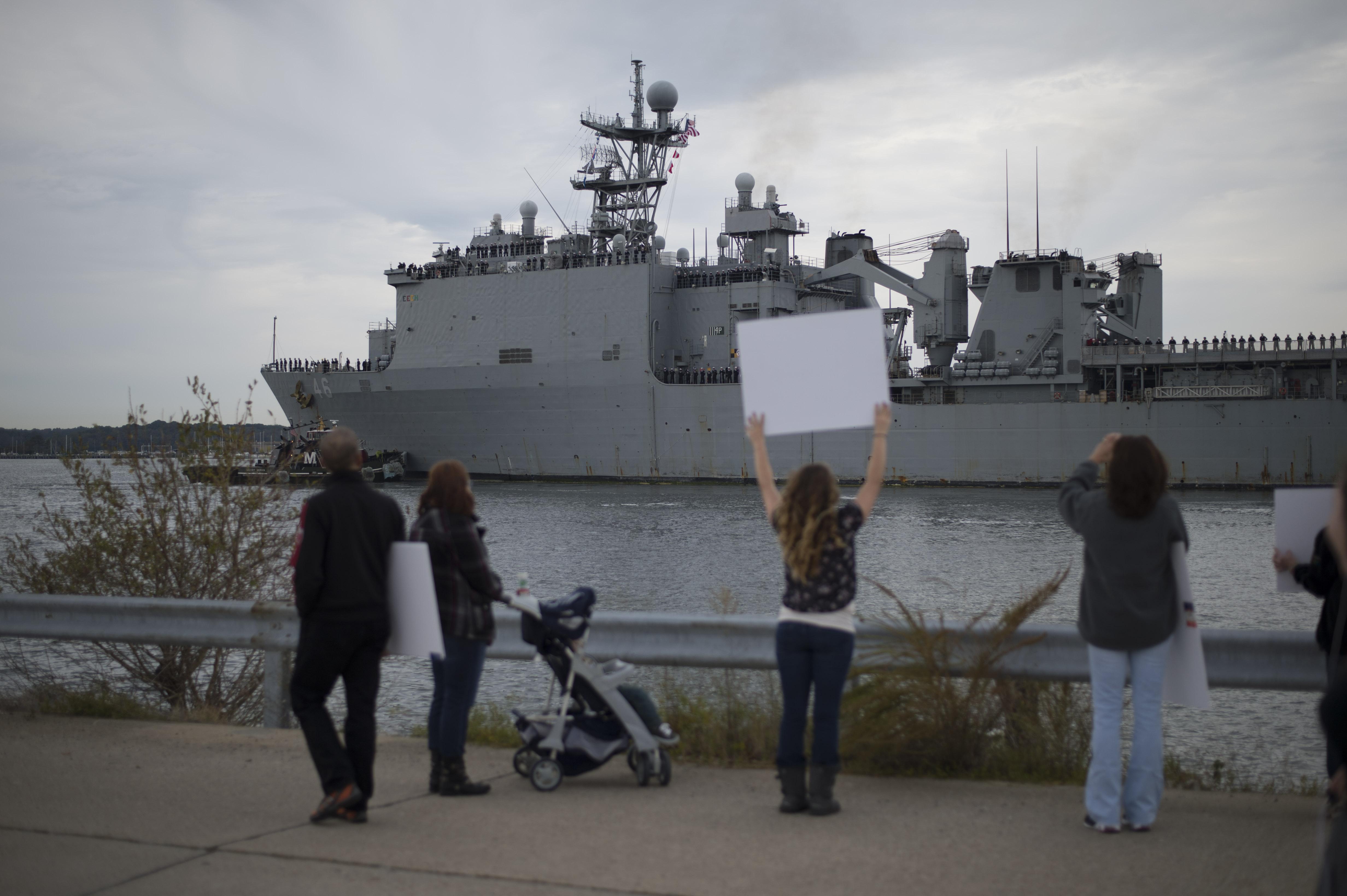 USS TORTUGA LSD-46 Einlaufen Little Creek, VA am 22.10.2013Bild: U.S. Navy