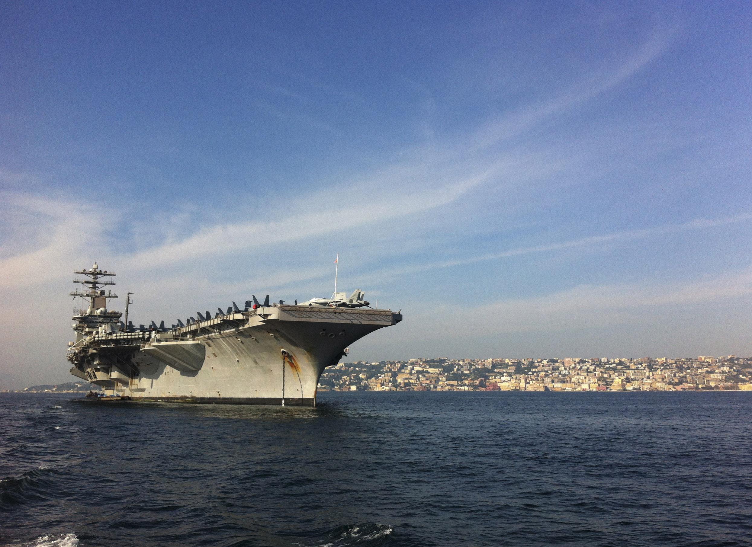 USS NIMITZ CVN-68 am 01.11.2013 vor NeapelBild: U.S. Navy