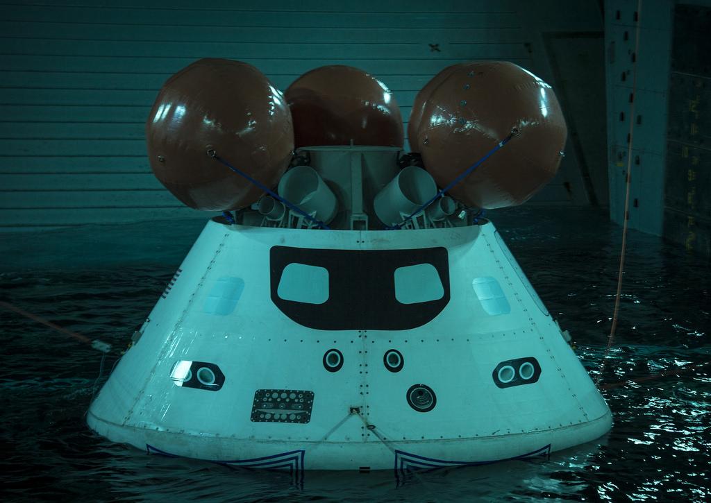 Orion-Raumkapsel-Dummy in der Ladebucht der USS SAN DIEGO LPD-22 Bild: U.S. Navy