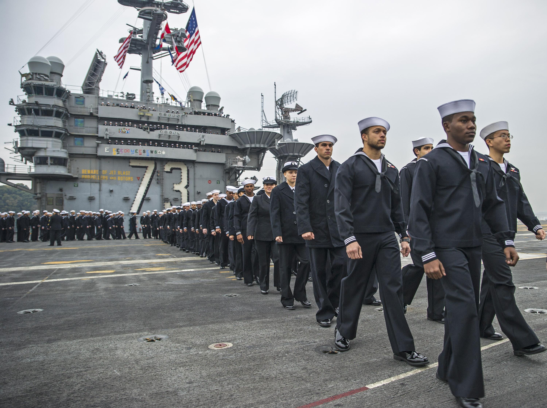 Besatzung USS GEORGE WASHINGTON CVN-73 bei Einlaufen Yokosuka am 25.11.2014 Bild: U.S. Navy