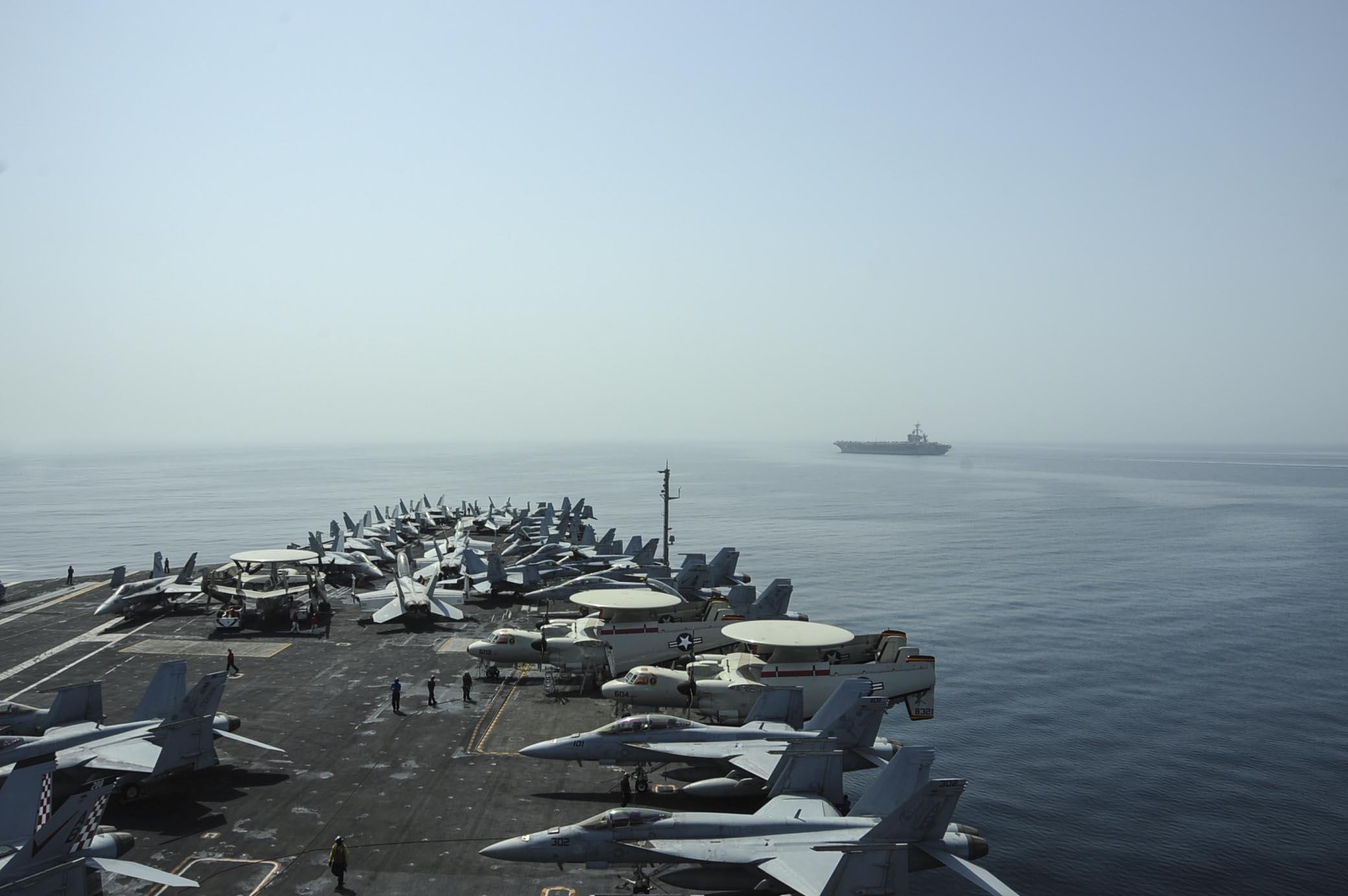 USS CARL VINSON CVN-70 und USS THEODORE ROOSEVELT CVN-71 am 13.04.2015 im Arabischen Meer Bild: U.S. Navy