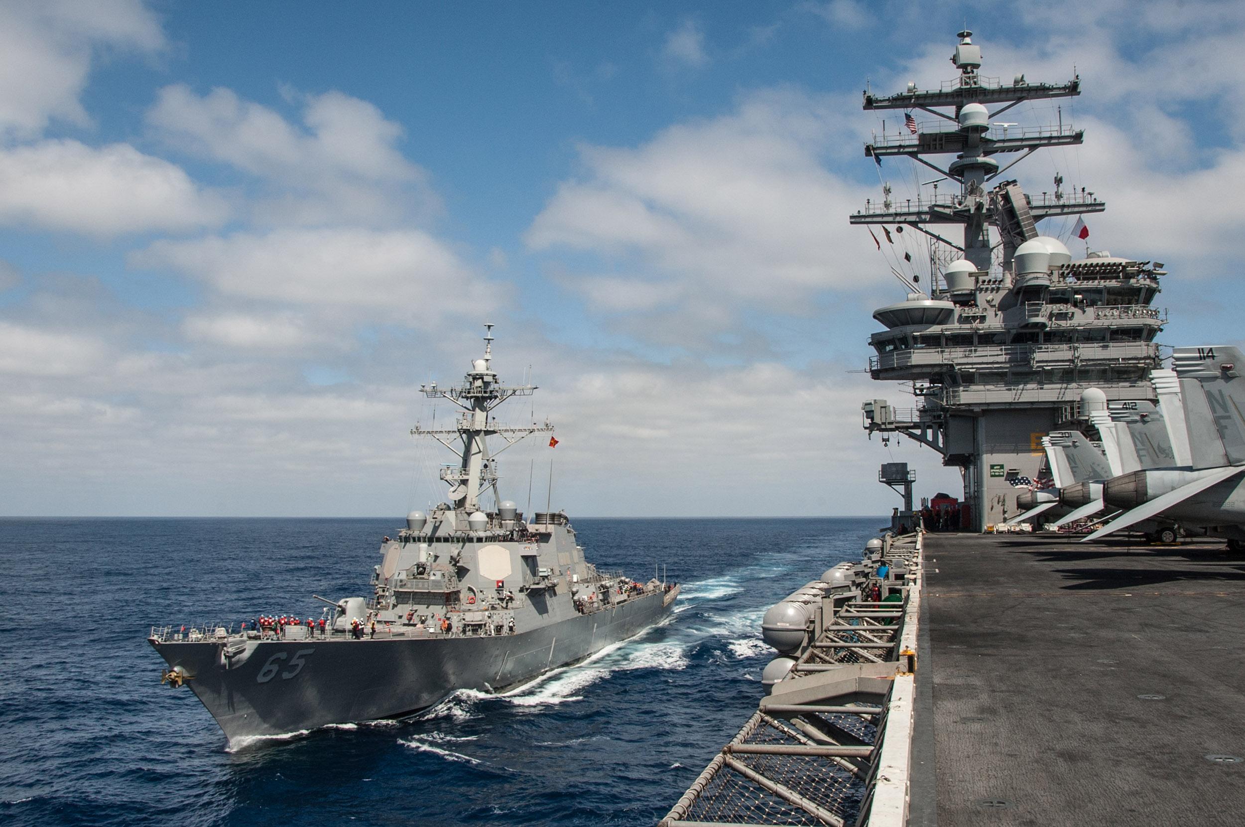 USS BENFOLD DDG-65 und USS RONALD REAGAN CVN-76 am 05.09.2015 im Pazifik Bild: U.S. Navy